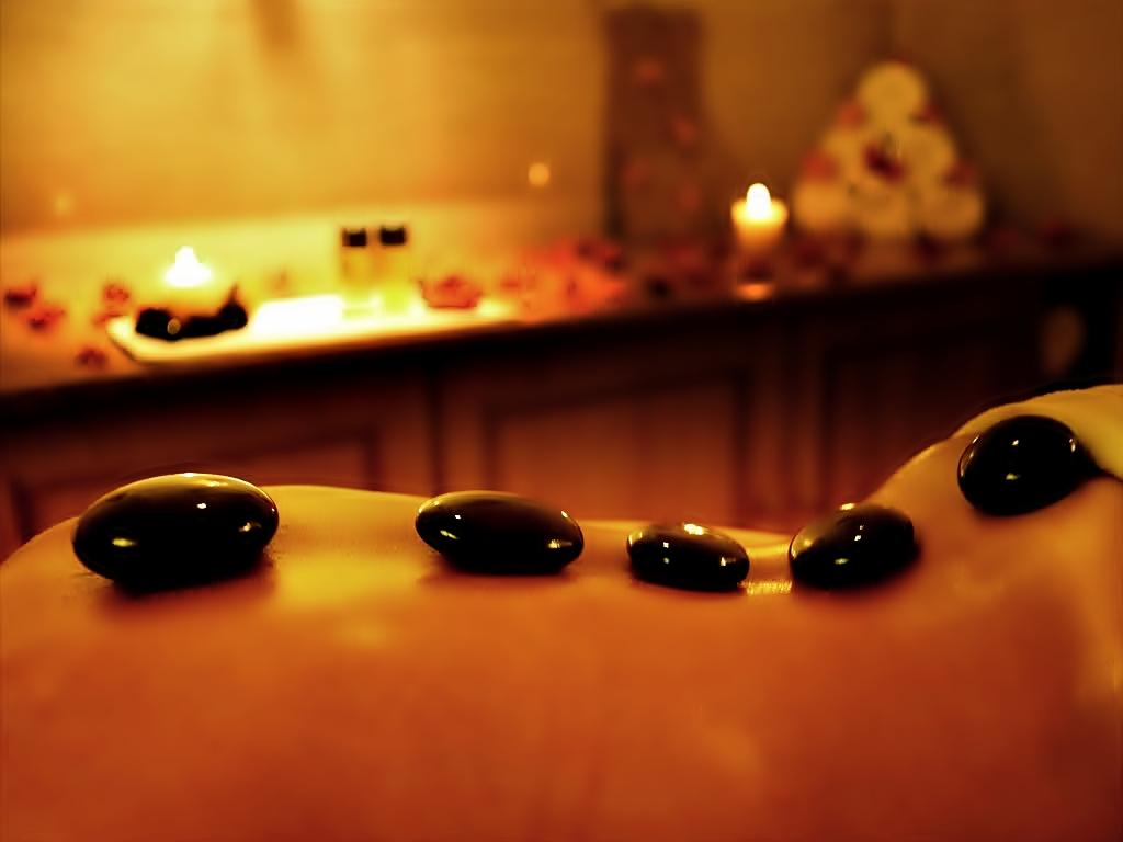 Massage trị liệu bằng đá nóng có thực sự hiệu quả?