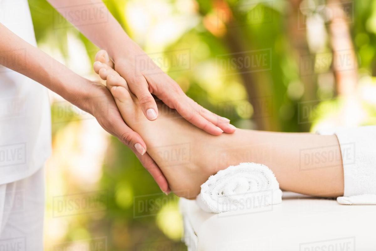 Lợi ích tuyệt vời của massage chân mà bạn nên biết