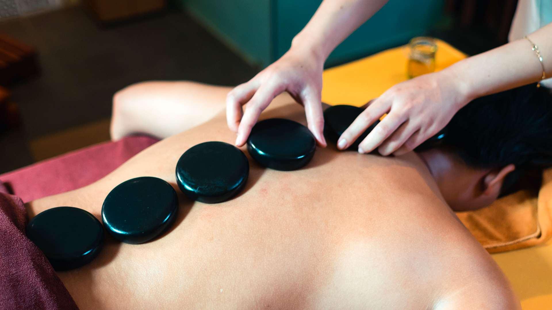 Massage toàn thân với thảo dược và đá nóng